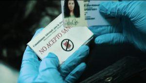 """În scena introductivă a filmului, o femeie suferă o hemoragie fatală, în timp ce medicii descoperă asupra ei o directivă """"Fără sânge""""."""
