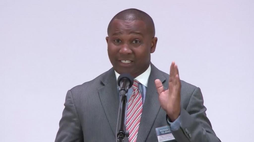 Reginald McCoy îi îndeamnă pe cei din auditoriu să-şi considere propria viaţă pe locul al doilea, în urma relaţiei cu organizaţia lui Iehova